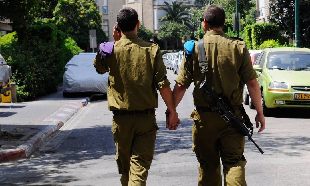 A foto da polêmica: Israel foi um dos primeiros países a permitir que gays assumidos servissem ao Exército Foto: Reprodução do Facebook
