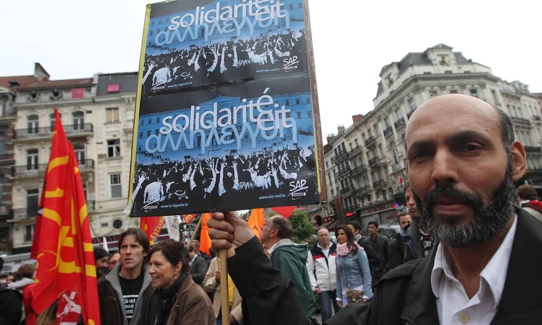 Em Bruxelas, manifestante carrega cartaz em solidariedade ao povo grego, contra medidas de austeridade impostas pela UE e FMI ao país Foto: Yves Logghe / AP