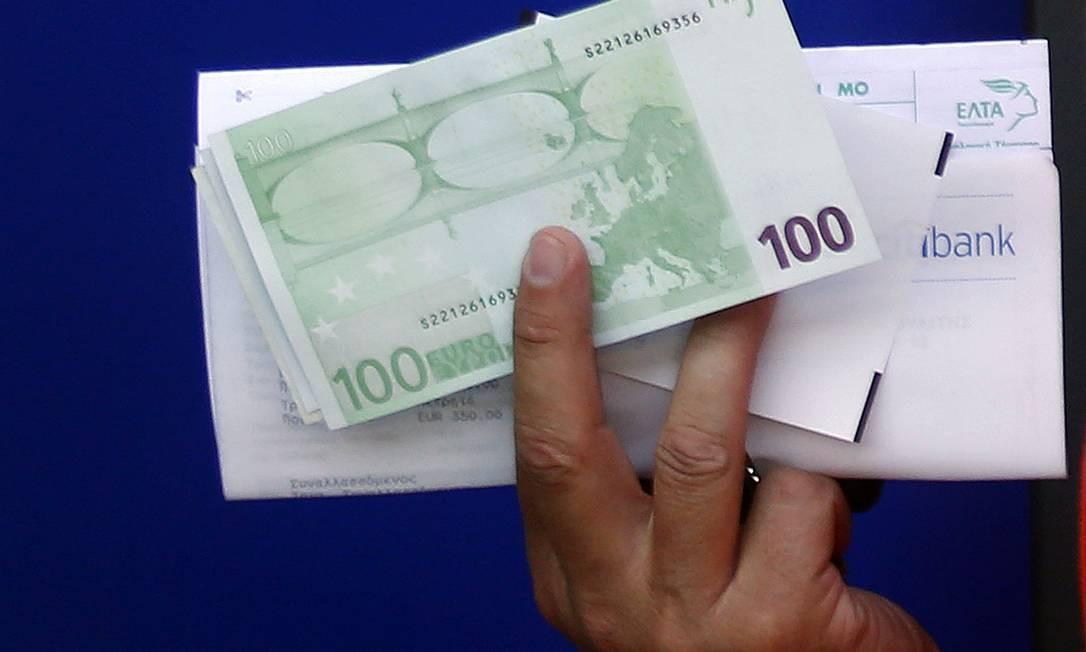 Gregos correram aos bancos na quarta-feira para retirar dinheiro, temendo que resultado das eleição de domingo resulte na saída do euro Foto: YANNIS BEHRAKIS / REUTERS