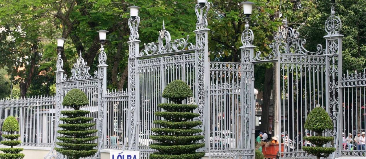 O portão do Palácio da Reunificação na Cidade de Ho Chi Minh: sua derrubada marcou o fim da guerra, há quase 40 anos Foto: O Globo / Carla Lencastre