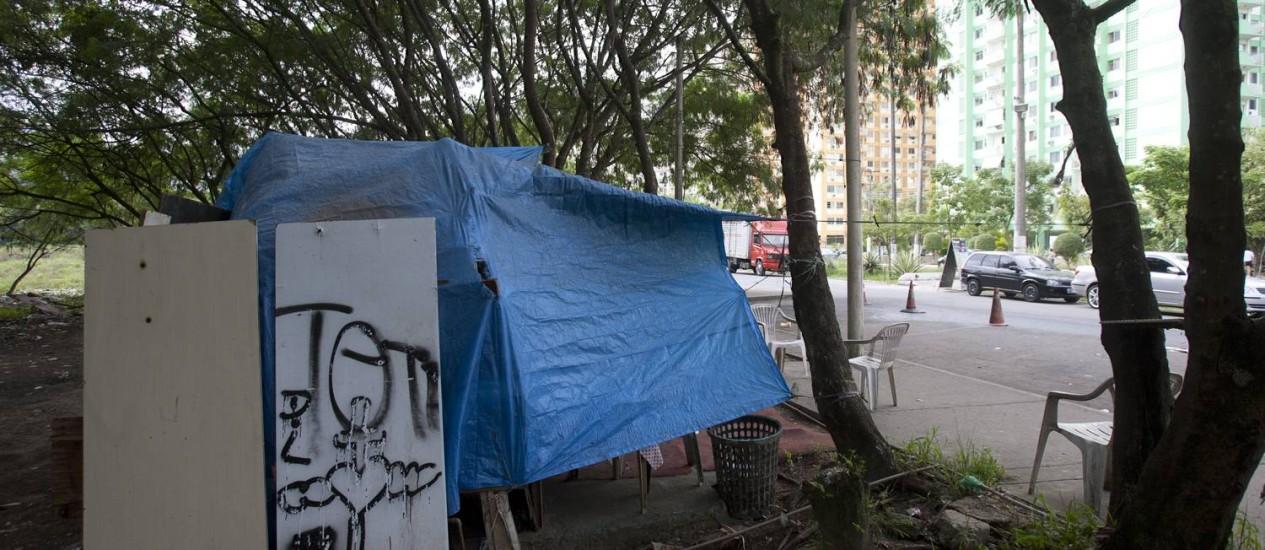 BARRACA IRREGULAR, perto do condomínio Moradas do Itanhangá: clientes deixam sujeira no chão Foto: Rafael Andrade