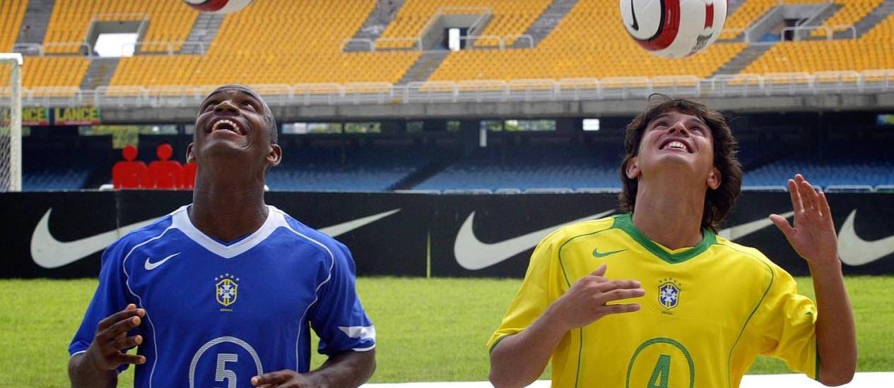 Adaílton (à esquerda) em lançamento de uniforme da seleção em 2004 Foto: Ivo Gonzalez/12.02.2004 / O Globo