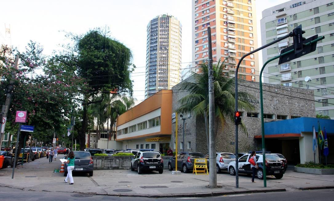 Terreno no Leblon, que abriga três delegacias, está na listagem dos bens que estado pretende vender Foto: Rafael Moraes / O Globo
