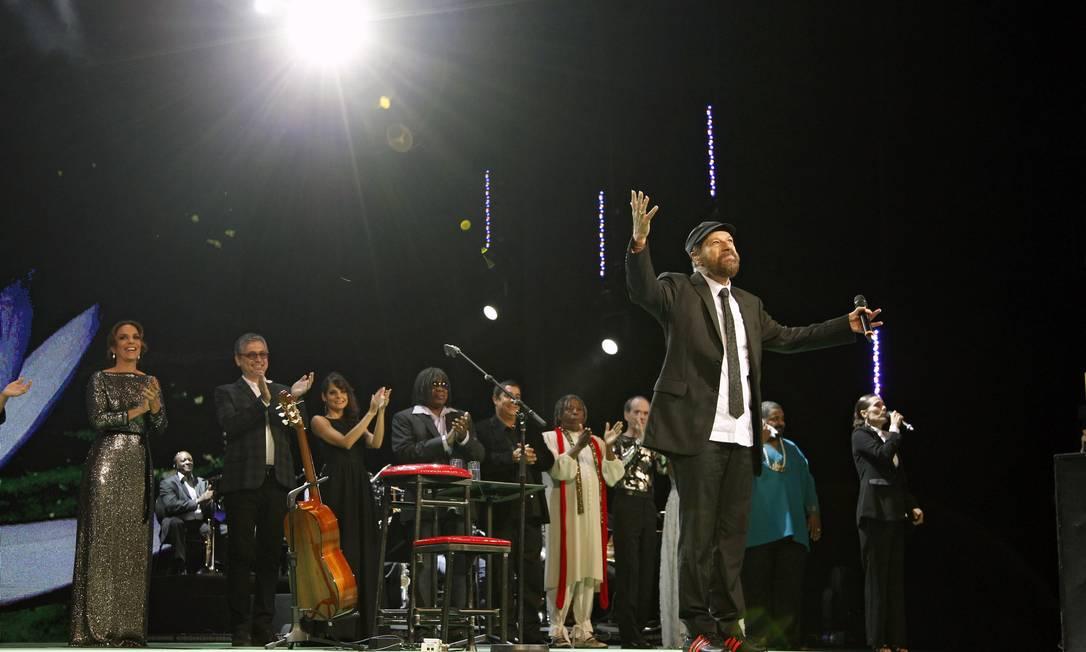 Aplaudido de pé, João cantou no encerramento com a participação de outros artistas e da plateia 'O bêbado e a equilibrista' Leonardo Aversa / O Globo