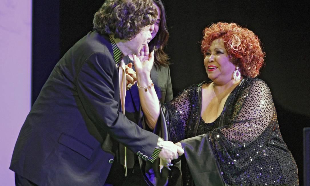 Cauby Peixoto recebe o carinho da Marrom Leonardo Aversa / O Globo
