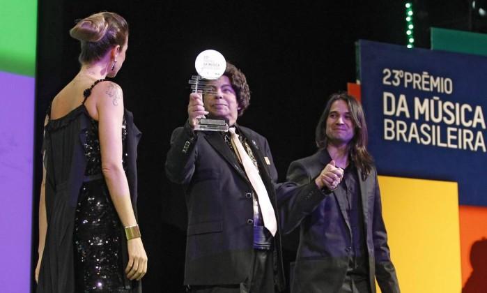Cauby Peixoto com o troféu de melhor cantor na categoria popular Leonardo Aversa / O Globo