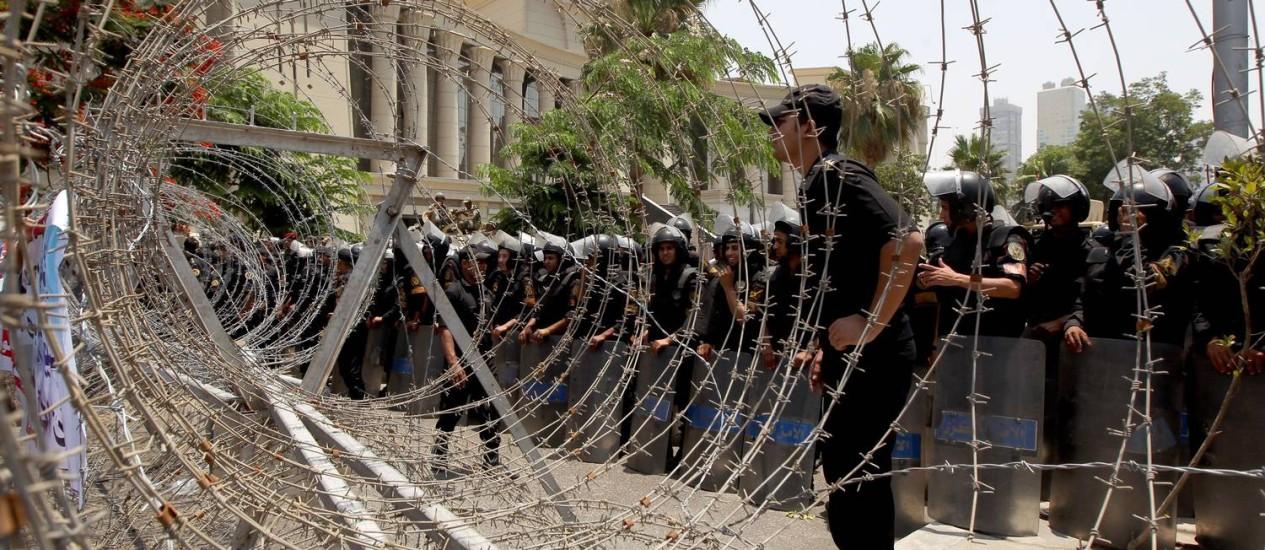 Soldados egípcios isolam a Suprema Corte Constitucional, no Cairo Foto: MARWAN NAAMANI / AFP