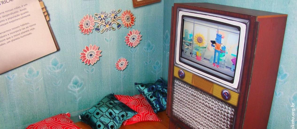 Na sala da casa itinerante, a TV estilo anos 50, e, na parede, dicas para reduzir o consumo de energia elétrica Foto: Divulgação