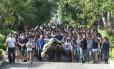 Parentes e amigos se despedem da jovem Thaís no Cemitério do Caju