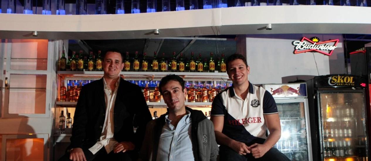 OS SÓCIOS Thiago Saman(à esquerda), Gilvan Passos e Cadu Goulart: aposta na sofisticação Foto: Hudson Pontes