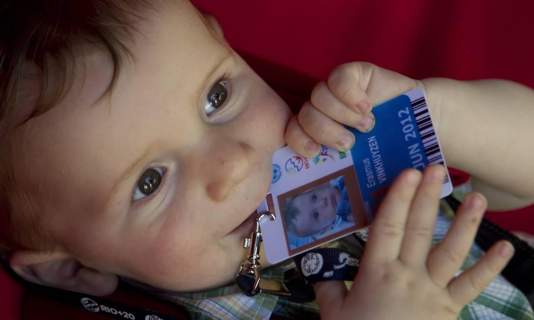 Erasmus, de sete meses e meio, filho da professora sueca Sylvia Karlsson, é o mais jovem credenciado a circular no Riocentro Foto: Márcia Foletto / O Globo