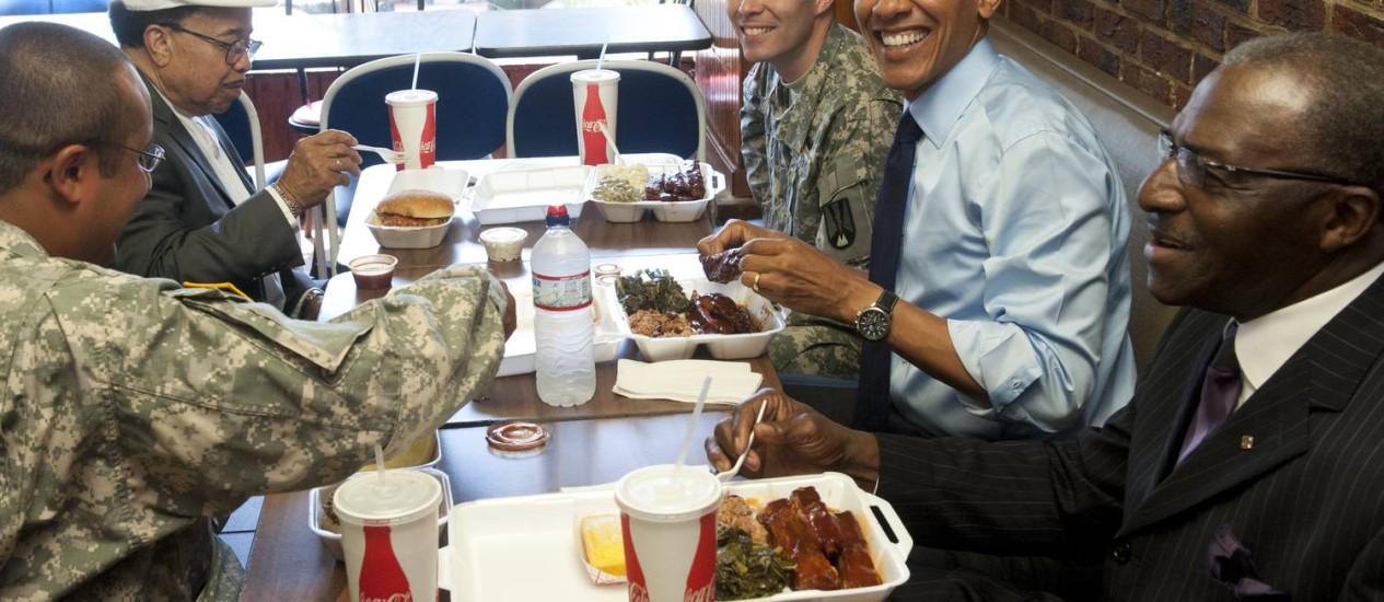 Presidente Obama sorri durante almoço com participantes de programa nacional pela paternidade: costelas de porco no cardápio Foto: Saul Loueb / AFP