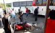 Acidente com ônibus e moto na Avenida Brasil