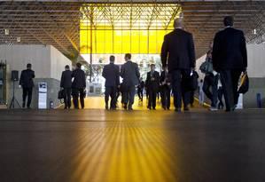 Participantes entram no pavilhão de acesso ao Riocentro no terceiro dia da Rio+20, conferência mundial sobre o meio ambiente Foto: Márcia Foletto / Agência O Globo