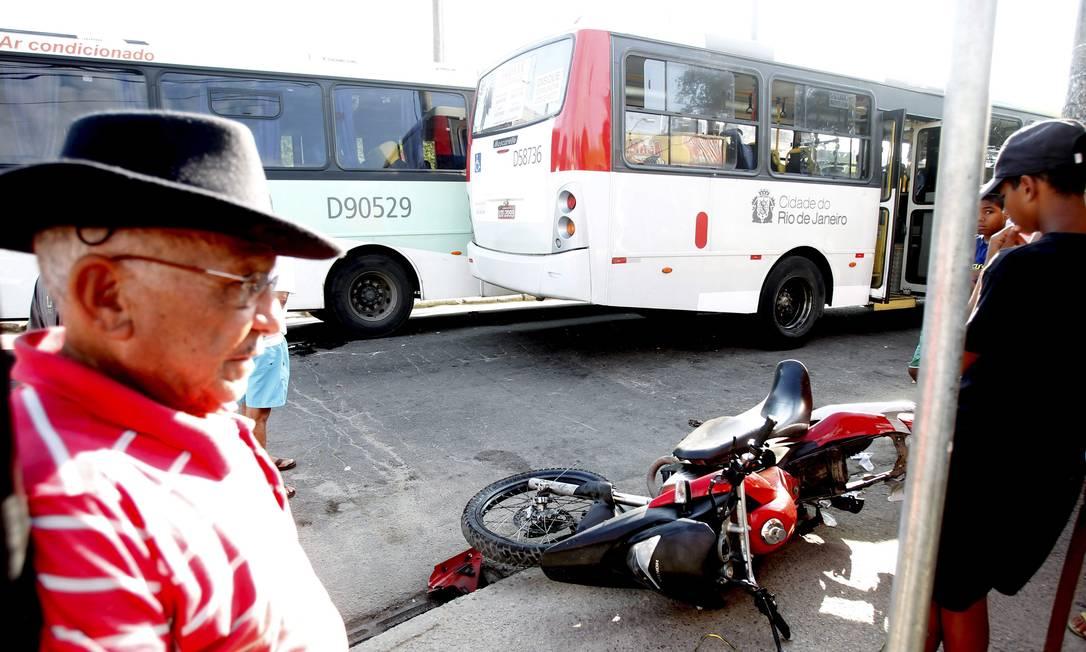 Homem observa a moto que ficou sobre a calçada. Segundo a PM, Diogo Silva de Souza, de 16 anos, estava pilotando a moto, sem capacete, com mais dois amigos na garupa. Ele morreu Bruno Gonzalez / Extra