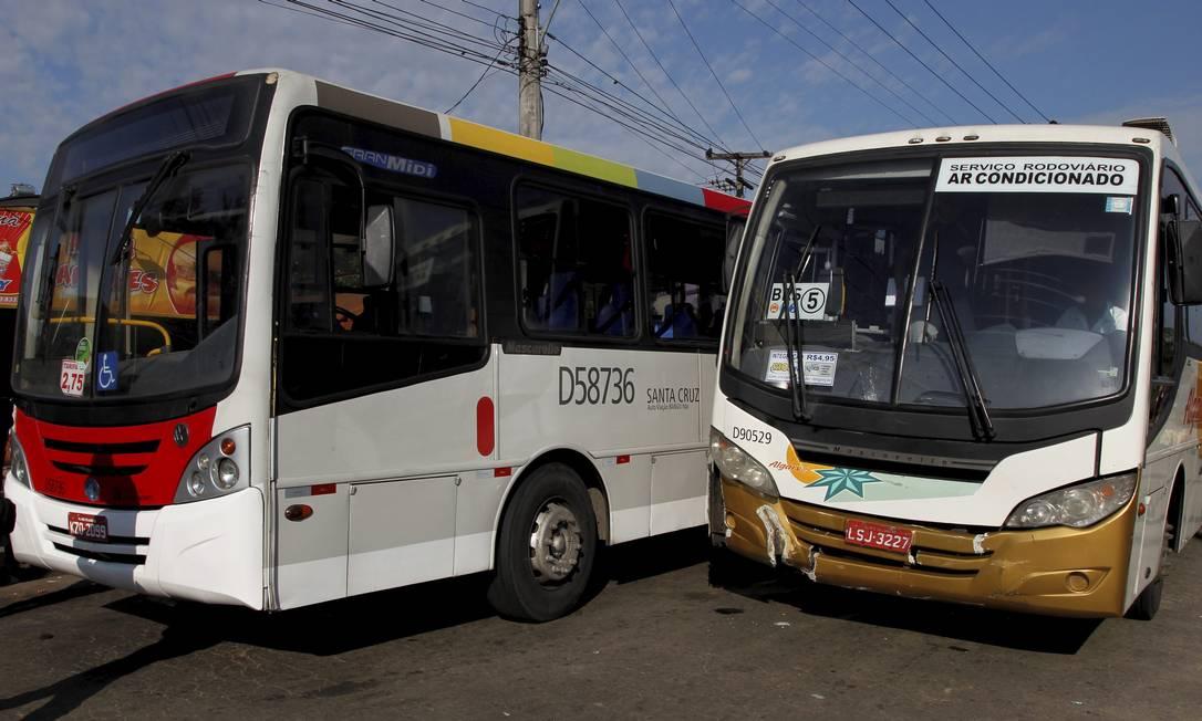 Os ônibus envolvidos no acidente ocorrido nesta sexta-feira, em Vila Kennedy, Zona Oeste do Rio Bruno Gonzalez / Extra