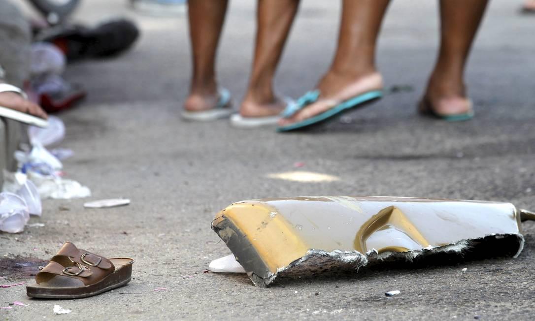 Destroço de ônibus e calçado de vítima de acidente ficaram espalhados no asfalto da Avenida Brasil Bruno Gonzalez / Extra