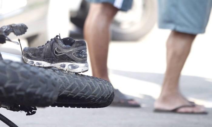 Tênis fica sobre a roda da motocicleta: um menor morreu e três pessoas ficaram feridas no acidente Bruno Gonzalez / Extra