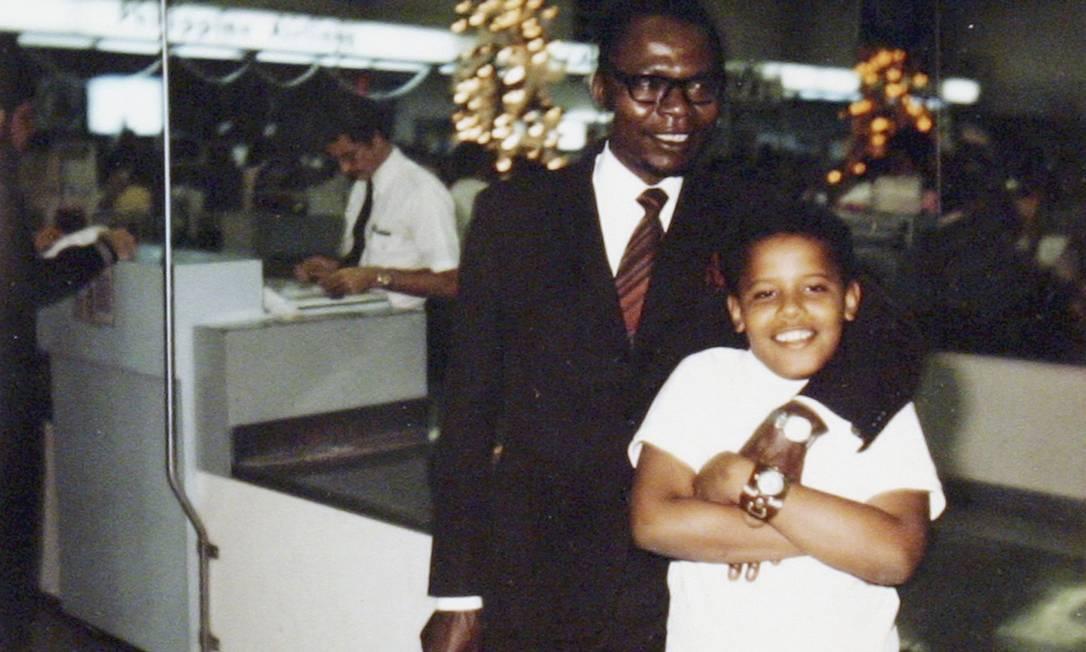 Obama e o pai, que voltou para o Quênia quando filho ainda era muito criança Reuters