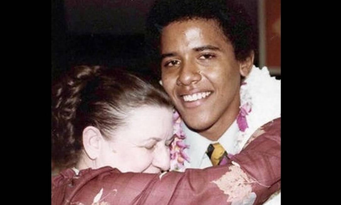 Em foto da família, Obama abraça a avó Madelyn Dunham depois de sua formatura do colégio, em 1979 AFP