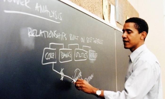Obama dá aula na Universidade de Direito de Chicago: depois de estudar em Los Angeles, democrata se mudou para Costa Leste americana New York Times