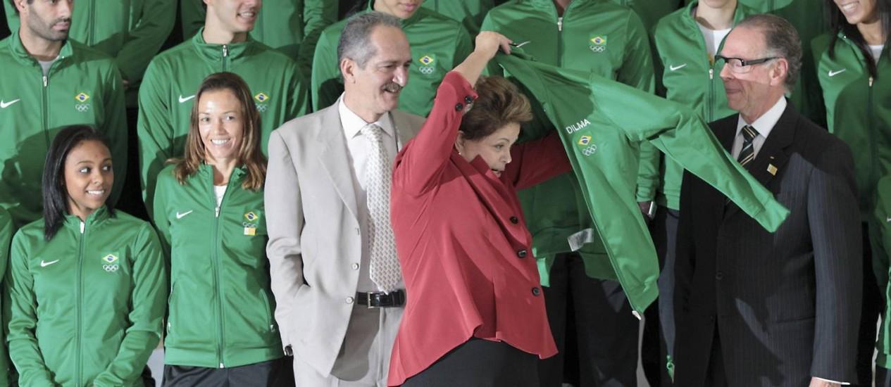 A presidente Dilma veste o agasalho da delegação brasileira Foto: Ueslei Marcelino / Reuters