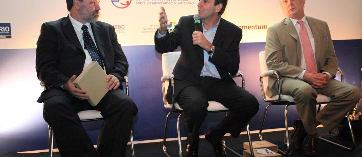 O prefeito Eduardo Paes, e o presidente mundial do GRI, Ernst Ligteringen (à direita), em apresentação de relatório da cidade sobre sustentabilidade: conceito C Foto: Divulgação/Beth Santos