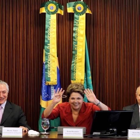 Temer (E), Dilma e Mantega também anunciaram ampliação, mais uma vez, do limite de endividamento dos estados Foto: Gustavo Miranda / Agência O Globo