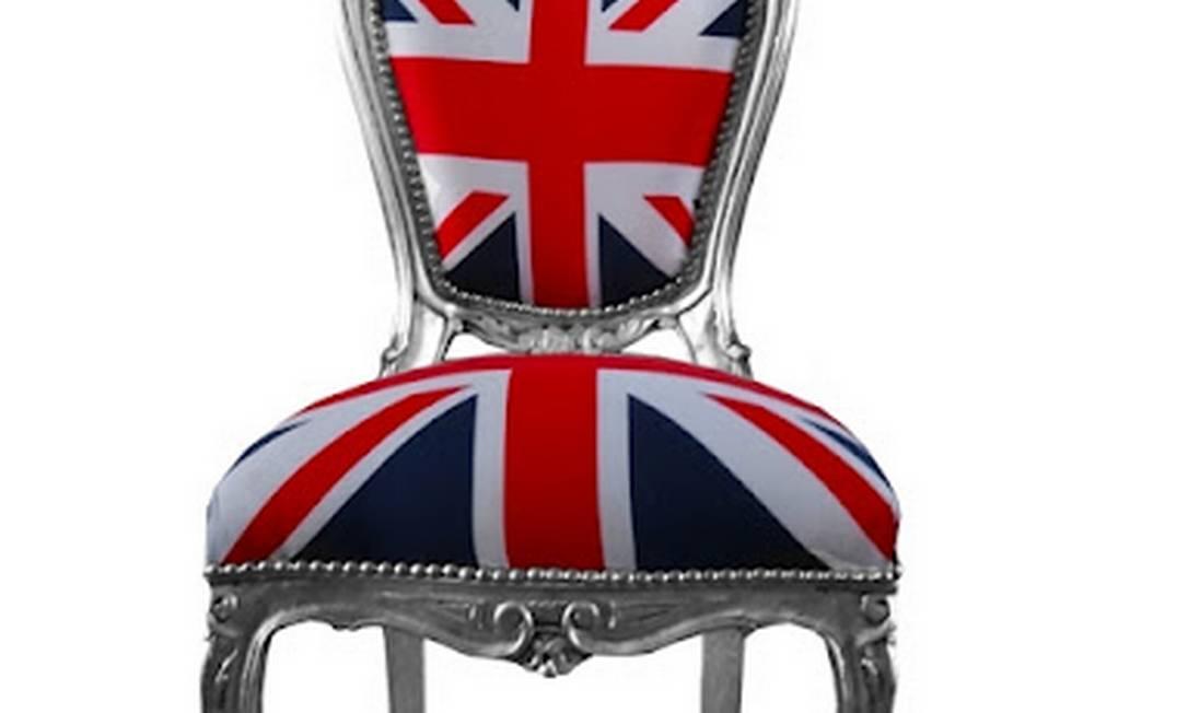 Cadeira francesa estilo Luis XV, dos anos 30, estofada com bandeira da Inglaterra (R$ 1.400): folheada em prata, é encontrada no antiquário Fino Tratoo Divulgação