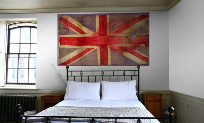 Papel de parede modelo Union Jack, assinado pela estilista Vivienne Westawood (R$ 930 o rolo), para a marca inglesa Cole & Son, na By Floor Divulgação