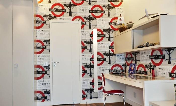 """Quarto de adolescente assinado pelas arquitetas Cláudia Pimenta e Patrícia Franco, com papel de parede estampado com placas de metrô da estação londrina de """"Bond Street"""" Divulgação"""