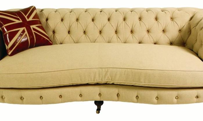 Sofá de linho com encosto estilo capitonê (R$ 14.990), na Rosa Kochen Divulgação