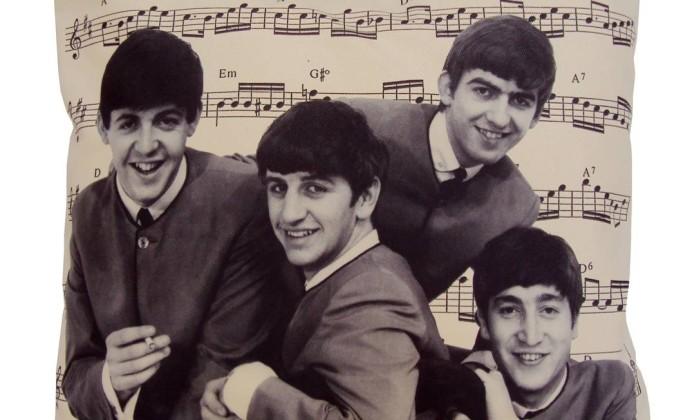 Almofada Beatles (R$ 165), com 40 x 40cm, no depósito O Galpão Divulgação