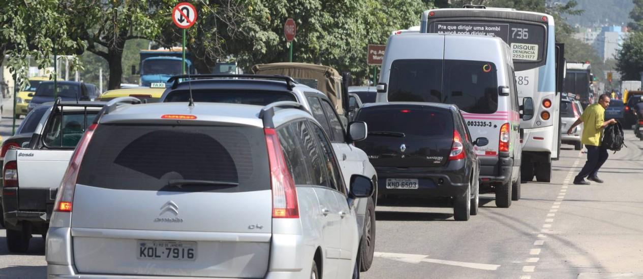 Trânsito complicado na Avenida Abelardo Bueno Foto: O Globo / Paulo Nicolela