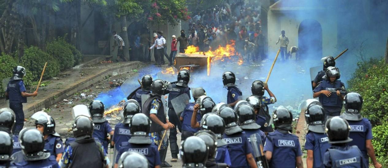 Trabalhadores têxteis entraram em conflito com a polícia, mais uma vez, nesse sábado em Bangladesh Foto: STRINGER / REUTERS