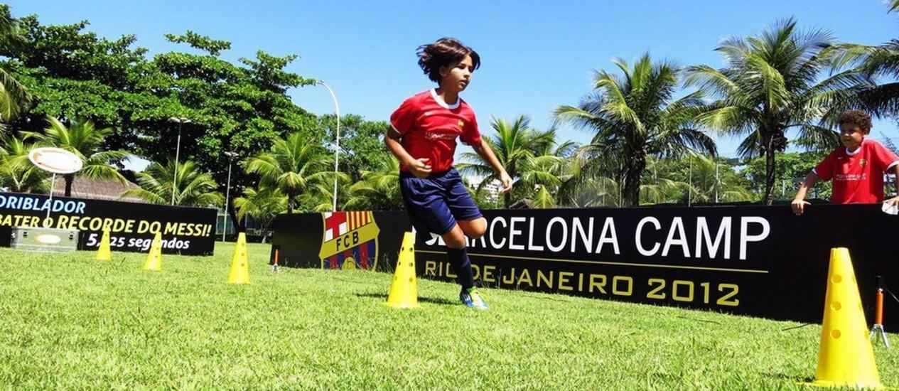 Misto de acampamento e escolinha de futebol promovido pelo clube espanhol Barcelona ocorre em Saquarema Foto: Divulgação / Agência O Globo