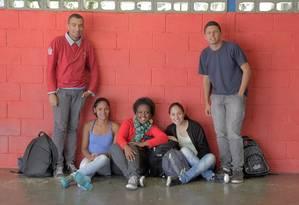 Ana Clara (no centro, sentada) e outros alunos da José Lins do Rego Foto: Eliária Andrade