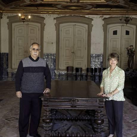 """Ana Lúcia e a """"mesa do Fico"""", na sacristia Foto: Divulgação"""