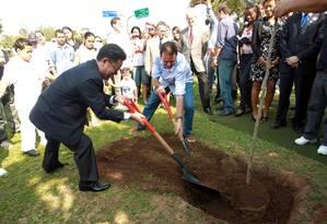 O secretário-geral da Rio+20, Sha Zukang, e o prefeito Eduardo Paes plantam uma muda de Pau Brail, ao lado do Monumento à Paz reinaugurado hoje na Praça 22 de Abril, no Centro Foto: Gabriel de Paiva / O Globo