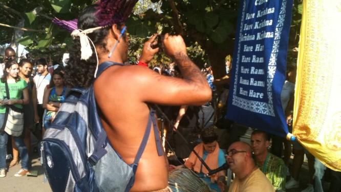 Índio mochileiro da aldeia Tupinambá, da Bahia, fotografa grupo Hare Krishna em apresentação na Cúpula dos Povos: integração cultural Foto: Agência O Globo / Isabela Bastos