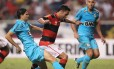 Ibson é calçado por Gerson Magrão no lance do pênalti para o Flamengo