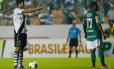 Juninho se prepara para cobrar a falta que daria o empate ao Vasco