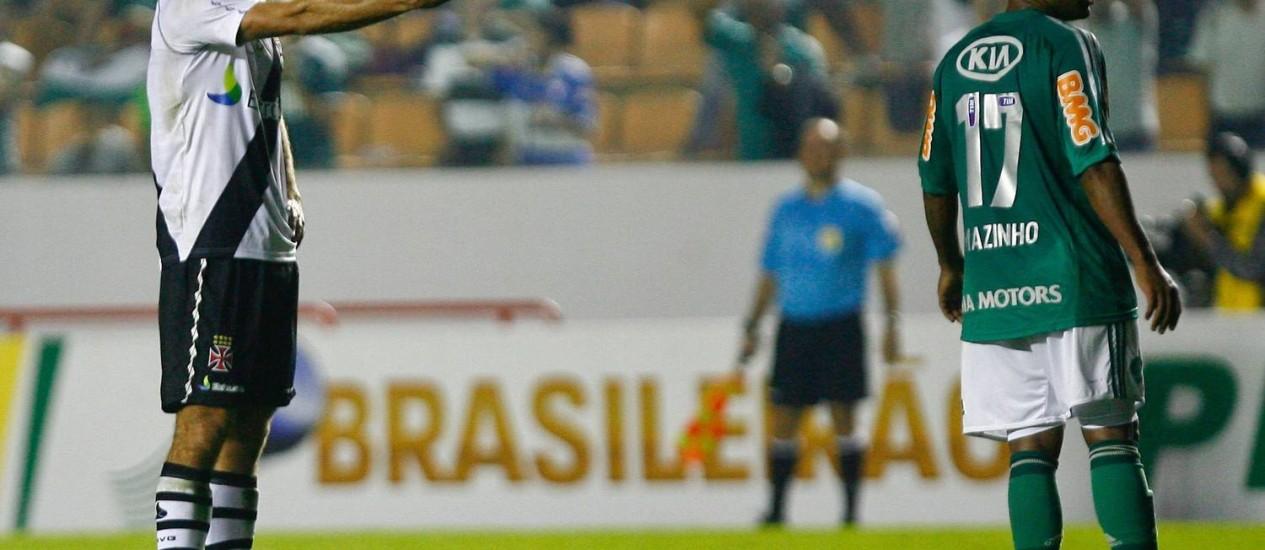 Juninho se prepara para cobrar a falta que daria o empate ao Vasco Foto: Marcos Alves / Agência O Globo