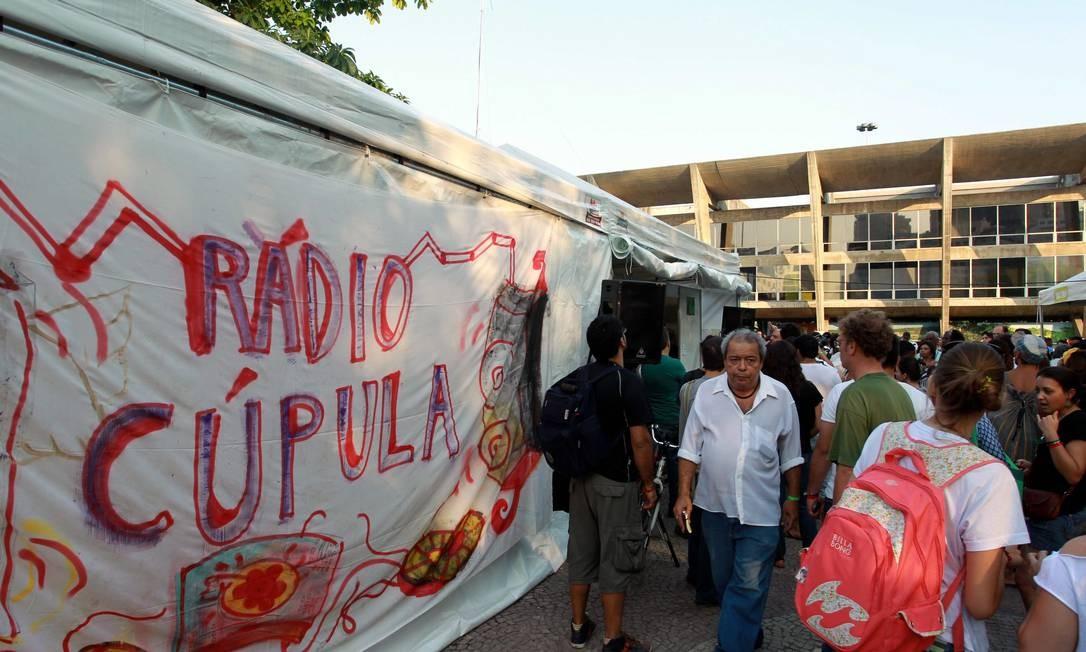 Representantes de ONGs tentam impedir fechamento da Rádio Cúpula dos Povos Foto: Gabriel de Paiva / Agência O Globo