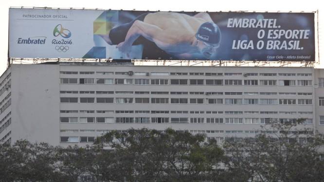 Edifício com outdoor gigantesco, instalado graças a liminar Foto  Rafael  Andrade   O Globo 514e191dcd