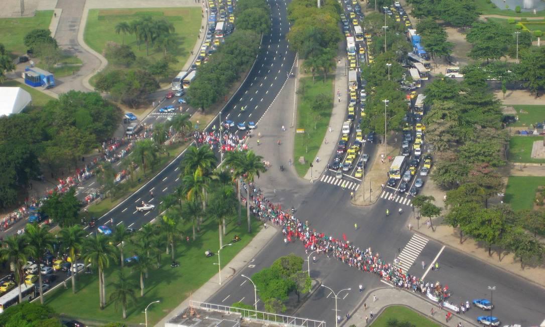 Manifestação da Marcha Mundial das Mulheres interdita vias importantes do Centro e provoca engarrafamentos na manhã desta segunda-feira Foto do leitor André Luis Antunes / Eu-repórter