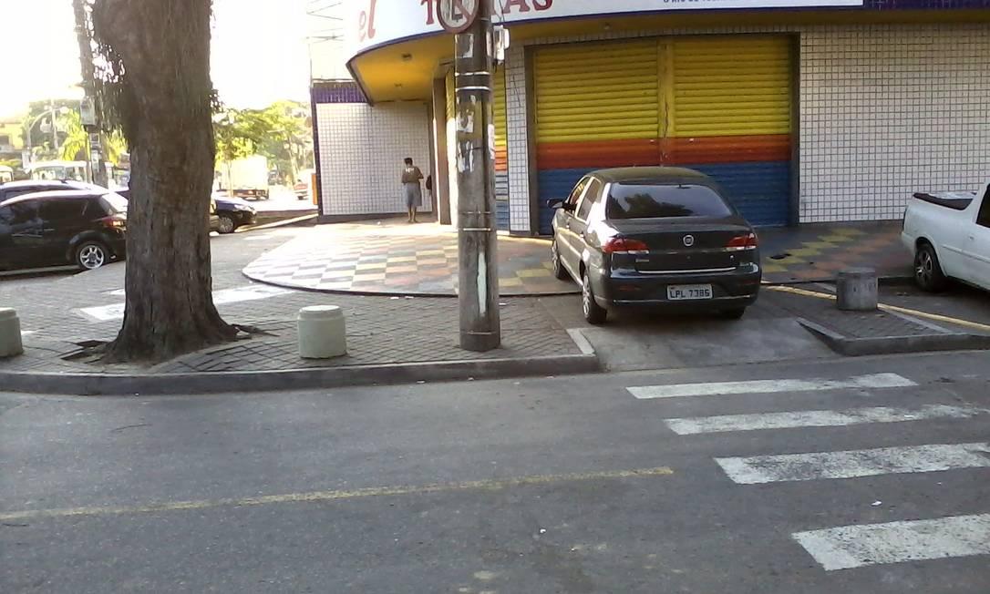 Carro estaciona sobre rampa de deficientes na Rua Dom Juvêncio de Brito, em Jacarepaguá, neste sábado Foto do leitor Diego Belizzi Villela / Eu-repórter