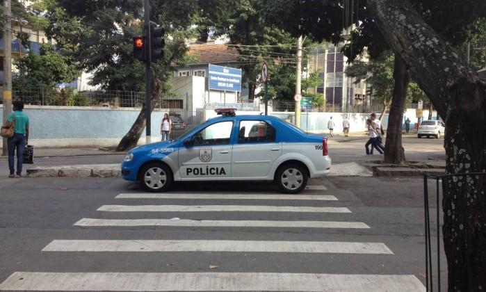 Carro da Polícia Militar para sobre a faixa de pedestres na Rua General Canabarro, no Maracanã Foto do leitor Jason Rouleau / Eu-repórter