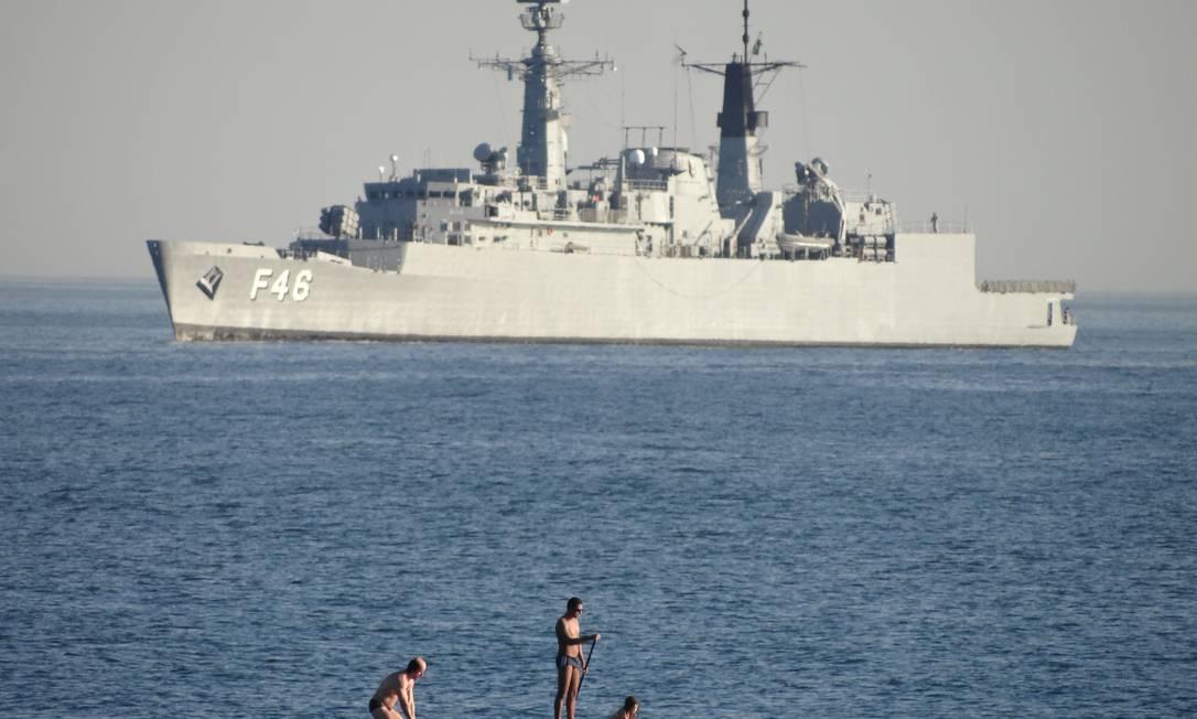 Praticantes de stand-up paddle passam perto de navio da Marinha que patrulha a costa do Rio durante a Rio+20 Foto do leitor Ricardo Coutinho / Eu-repórter