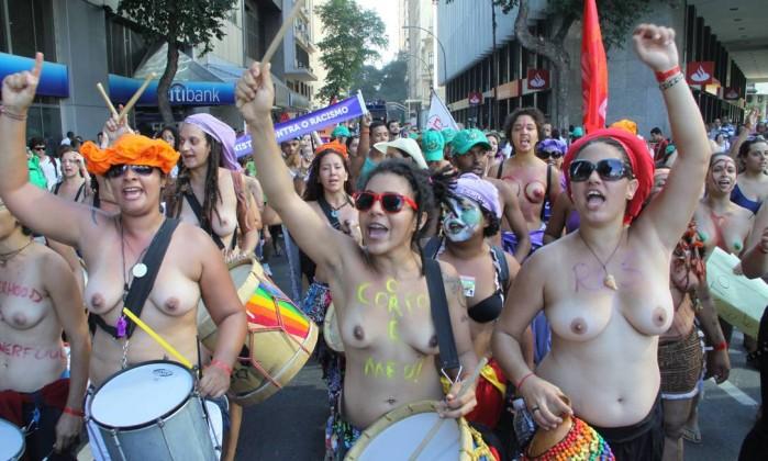 Durante a manhã, uma manifestação das mulheres que participaram da Cúpula dos Povos, complicou o trânsito no Centro do Rio Paulo Nicolella / O Globo